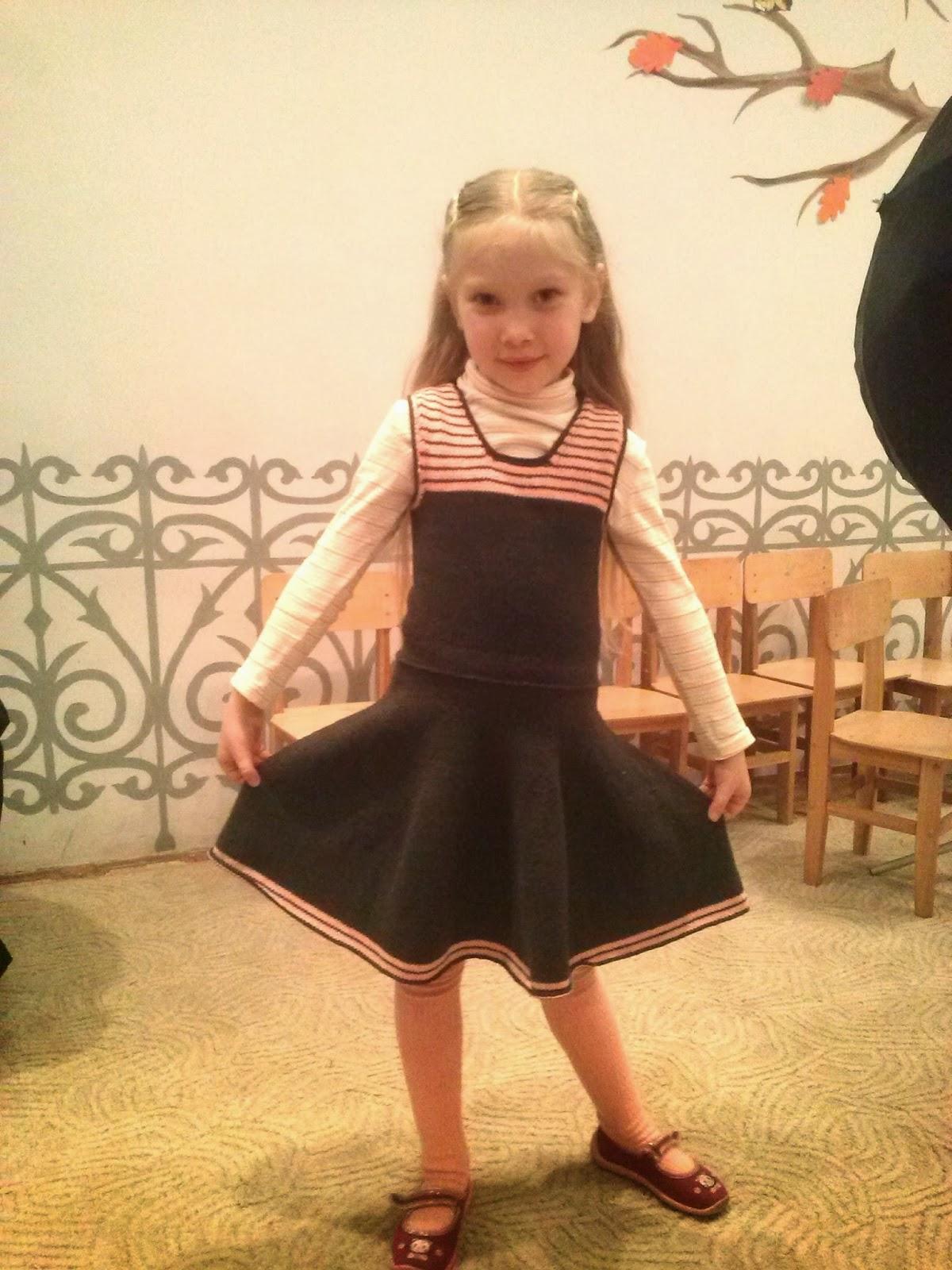 девочка подняла юбку:
