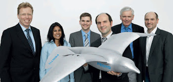 El equipo del Smartbird reunido alrededor de su creación.