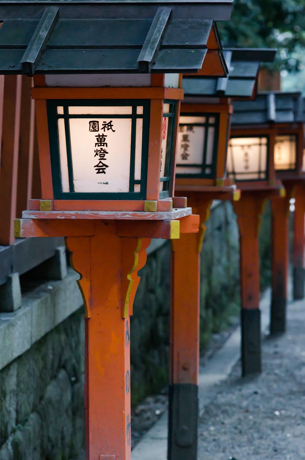 京都にて奥行きがある構図で撮影した祇園の灯篭の写真