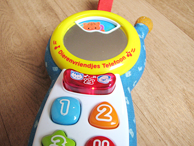 De knoppen en het spiegeltje van de speelgoedtelefoon
