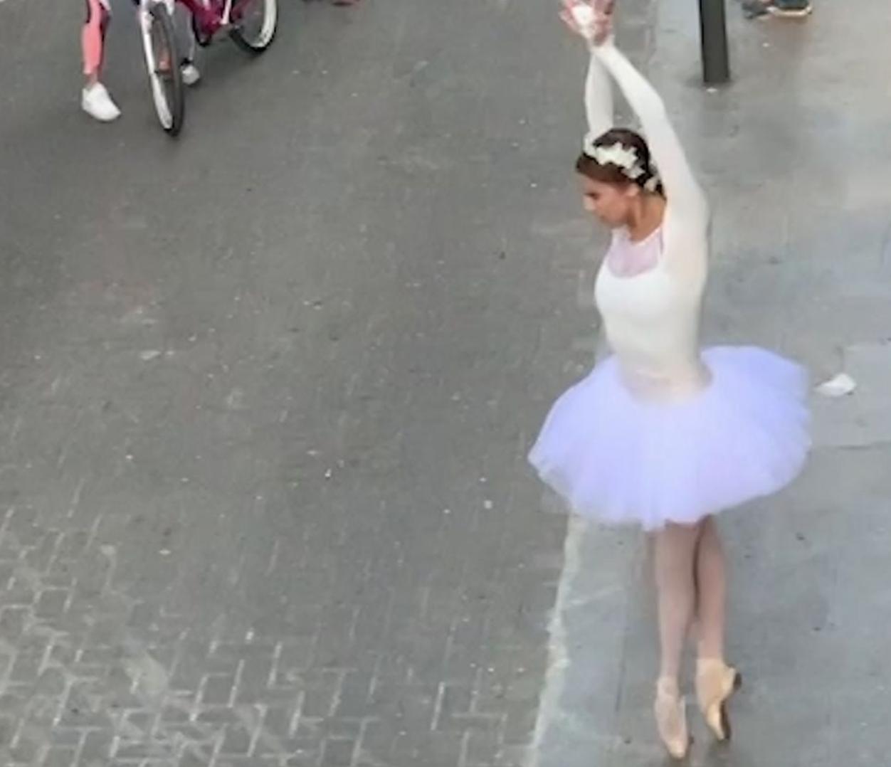 """Una bailarina interpreta """"El Lago de los Cisnes"""" en una calle de Barcelona"""