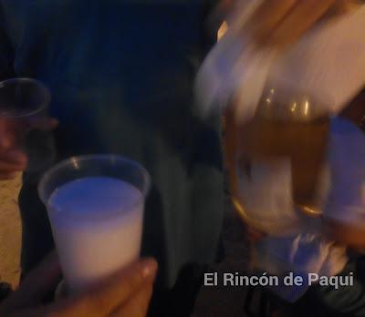 Sirviendo el vino rosado de Mia
