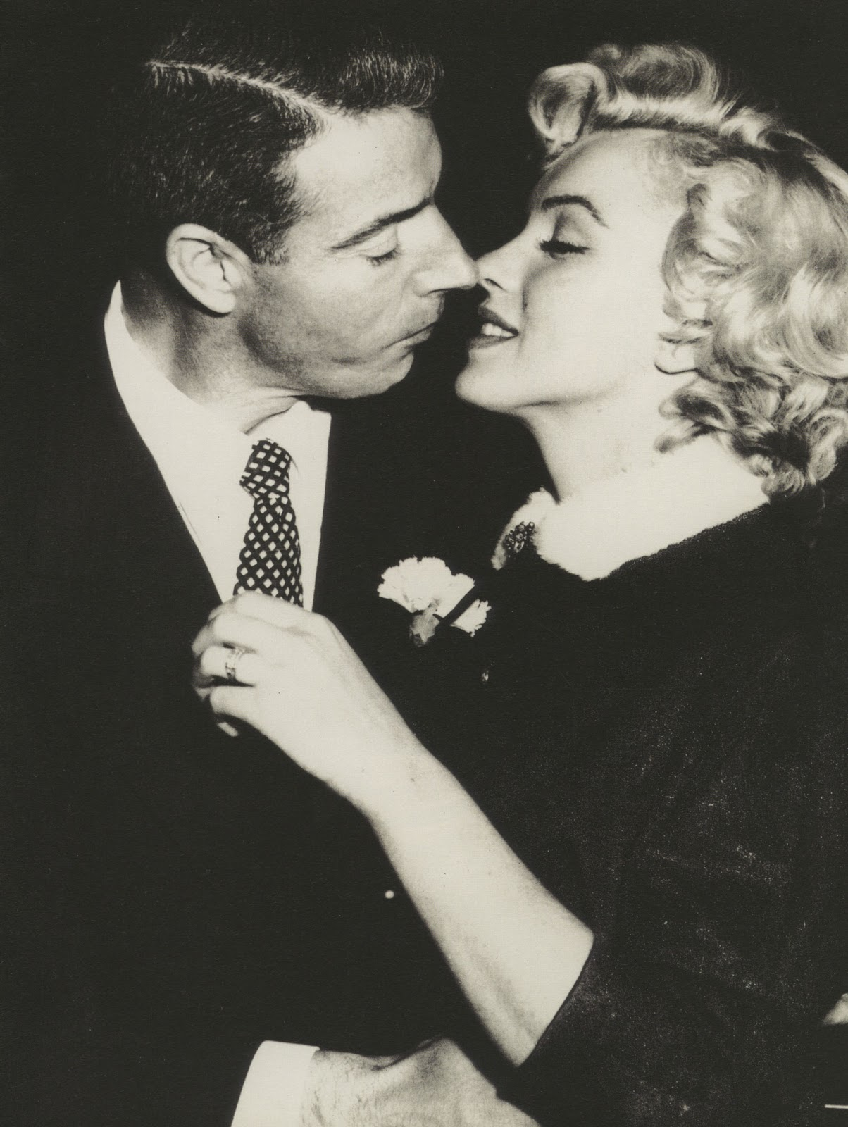 http://3.bp.blogspot.com/-73pEBzdr6Hs/TuVeGiBwvpI/AAAAAAAACT8/tF70LNrw5EQ/s1600/Joe-DiMaggio-and-Marilyn-Monroe-wearing-the-ring-to-be-auctioned-on-their-wedding-day-in-1954..jpg