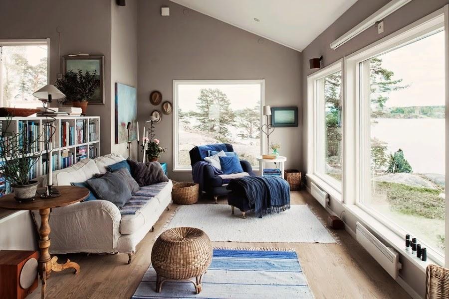 domek letni, domek letniskowy, dom nad wodą, wnętrza, szare wnętrza, fotel, niebieskie dodatki