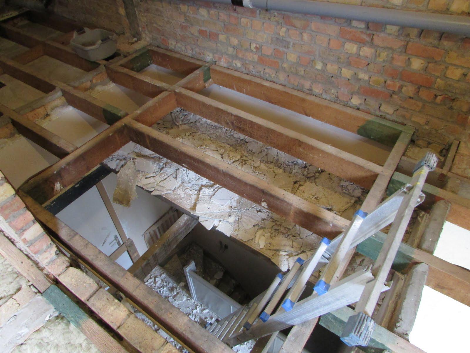 Verbouwing van ons ouderlijk huis afbraak boven dag 4 - Beneden trap ...
