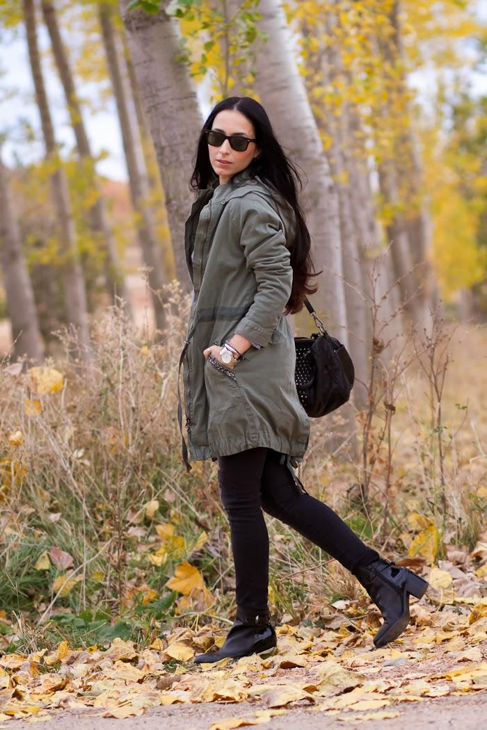 Look casual y cómodo en el bosque en otoño