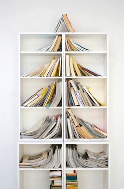 Árbol de Navidad conformado por los libros de una estantería