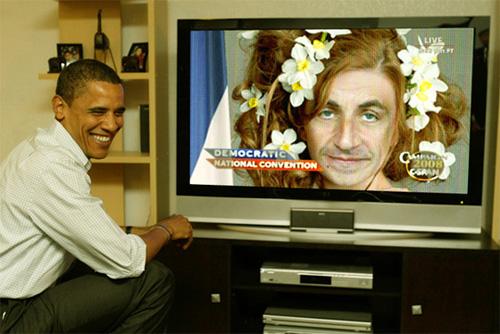 Barack Obama ser Nicolas Sarkozy på tv.