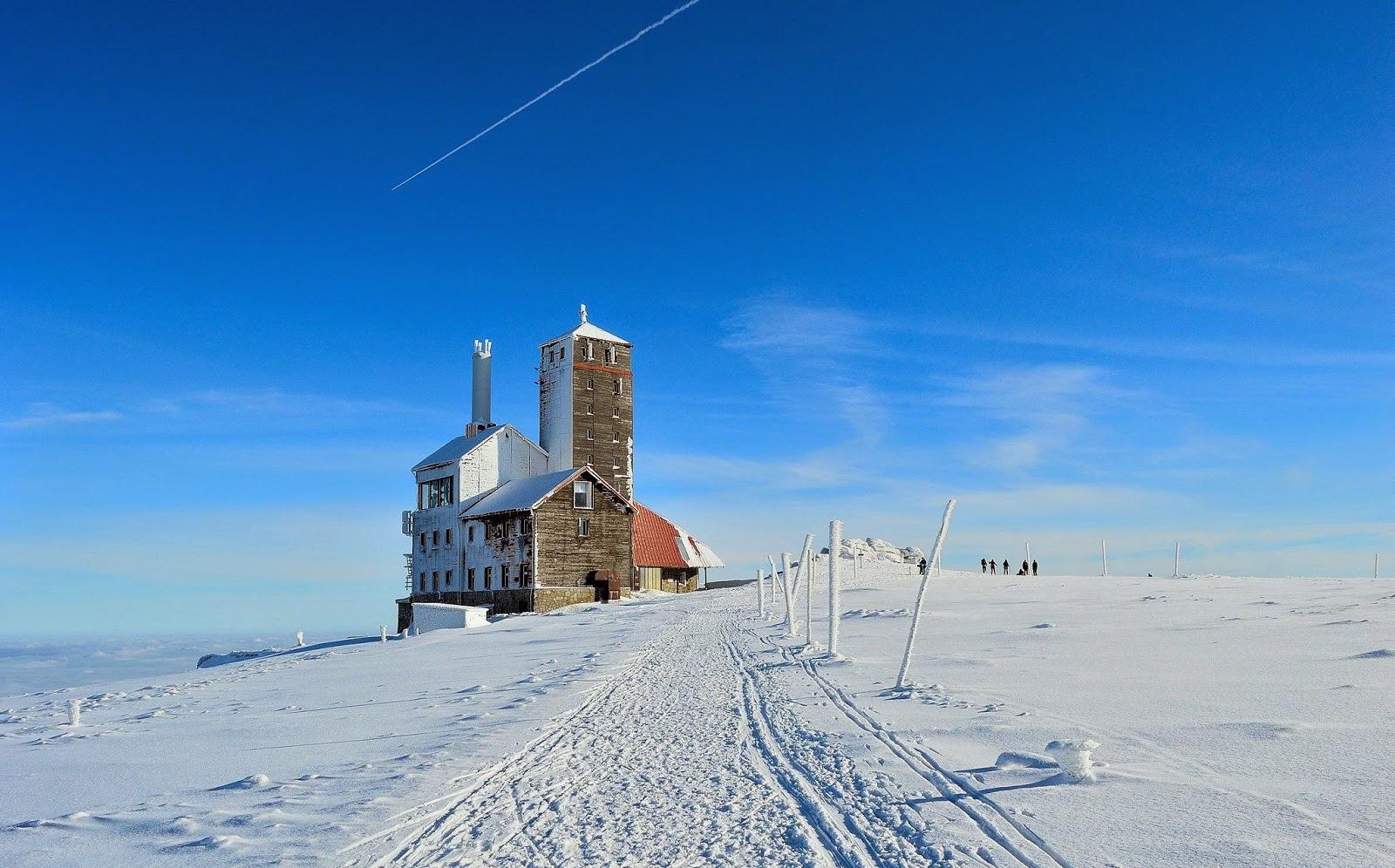 Bouda u Sněžných jam v zimě