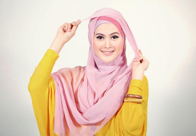 Langkah 4 : Tarik ujung bagian bawah jilbab segi 4 Anda hingga ke atas ...