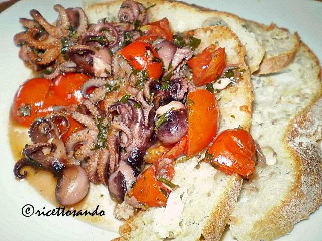 Moscardini al pomodoro su crostini di pane toscano ricetta di pesce