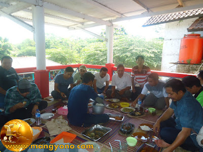 FOTO 10 : Ayah Depan nyongclo ditengah bukan wasit loh... Hehe