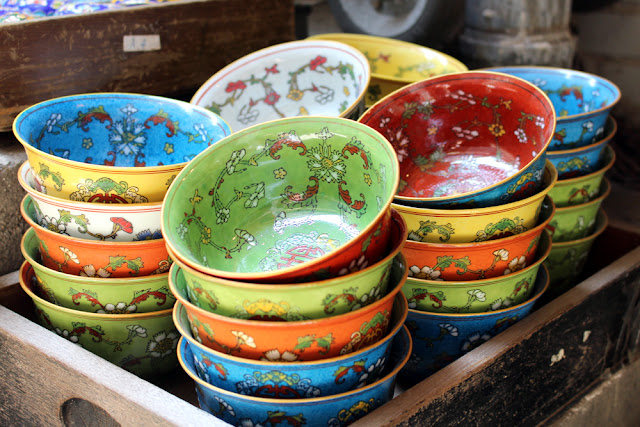 Pretty decorative bowls at Hong Kong street market | travel blog