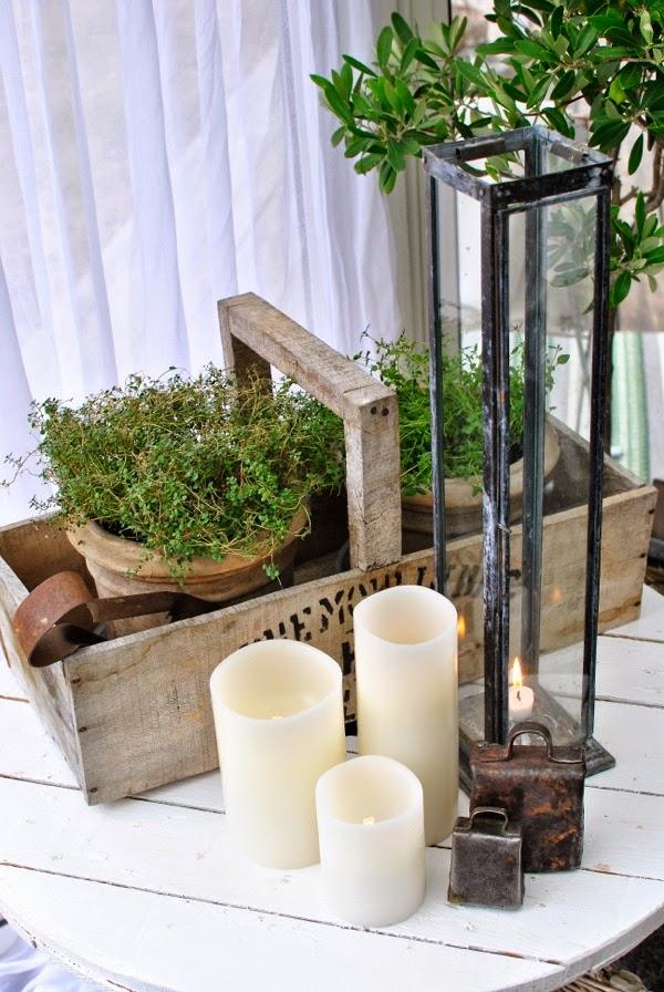 bord av kabeltrumma ledljus ljuslykta trälåda timjan i kruka koskälla