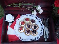 http://www.mniami-mniam.blogspot.com/2012/05/kruche-babeczki-z-owocami.html