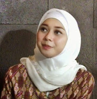 Biodata Aura Kasih  Nama lahir Sanny Aura Syahrani  Lahir 23 Februari 1988 (umur 26)  Bendera Indonesia Bandung, Jawa Barat, Indonesia  Jenis Musik Pop  Pekerjaan Aktris, penyanyi  Tahun aktif 2008 - sekarang  Perusahaan rekaman Universal Music Indonesia  Biografi Aura Kasih  Sanny Aura Syahrini atau yang populer dengan nama Aura Kasih lahir di Bandung pada tanggal 23 Februari 1988 adalah aktris, penyanyi dan model yang mulai terkenal sejak menjadi finalis Miss Indonesia 2007. Ia adalah putri dari pasangan Jajad Sugiyatna (ayah) dan Laela (ibu) yang keturunan Sunda.  Berbekal suara dan paras cantiknya, aktris berpostur 171 cm ini memilih untuk berkarir di dunia  tarik suara. Aura merilis album perdananya yang bertajuk 'Malaikat Penggoda' (2008). Dalam album  yang berisi 10 lagu itu, ia tampil sebagai penyanyi wanita yang sangat seksi. Akan tetapi, album yang mengusung single andalan 'Mari Bercinta' itu tidak membawa nama Aura Kasih meraih puncak kepopuleran. Video klip yang rilis pada tahun 2008 untuk single lagu tersebut bahkan sempat mengalami pencekalan dari Lembaga Sensor Indonesia, lantaran video klip garapan sutradara Anton Ismail itu menampilkan adegan pool dance serta beberapa penari latar yang berpakaian minim.  Kurang sukses di dunia tarik suara, Aura Kasih mencoba peruntungannya di dunia akting. Debut  karir aktingnya lewat film layar lebar 'Asmara Dua Diana' (2009). Dalam film yang juga dibintangi Jamie Aditya dan Luna Maya tersebut, Aura didaulat memerankan tokoh Diana Dwiyana, dimana Dwi Dwiyana adalah wanita selingkuhan (Jamie Aditya).  Tahun 2013, ia kembali mendapatkan peran layar lebarnya lewat film '3 Cewek Petualang' bersama artis kontroversial Julia Perez (Jupe). Aura kasih juga sempat beberapa kali muncul di layar televisi lewat iklan dan sinetronnya.