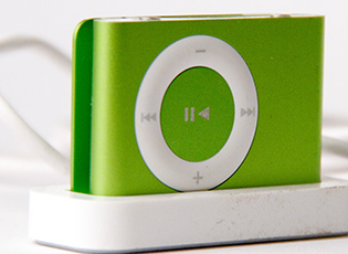 Apple iPod Shuffle – 2GB Mp3 Player for Rs 2999 from Flipkart || BuyToEarn