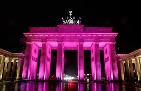 Cổng Brandenburg với ánh sang tím