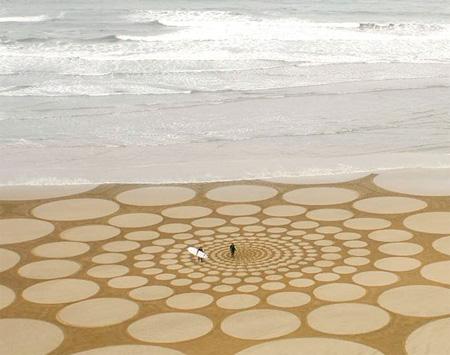 Lukisan skala besar di atas pasir laut
