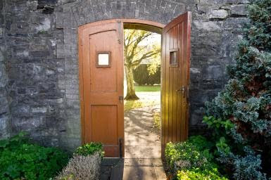 Una puerta abierta. (An open door).  Photo by William Murphy; licensed via Creative Commons.