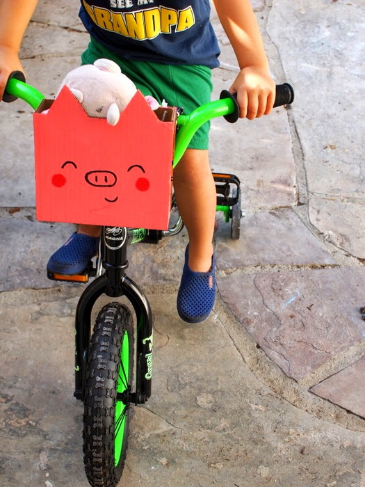 Make a bike basket from cardboard for your kids!