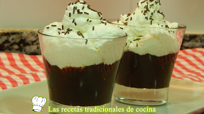 Copas de chocolate y nata