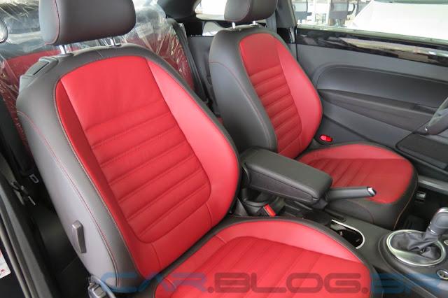 Novo Fusca 2013 Preto Turbo - interior preto e vermelho