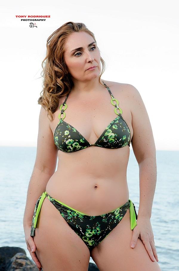 Mujeres maduras en diminutos bikinis