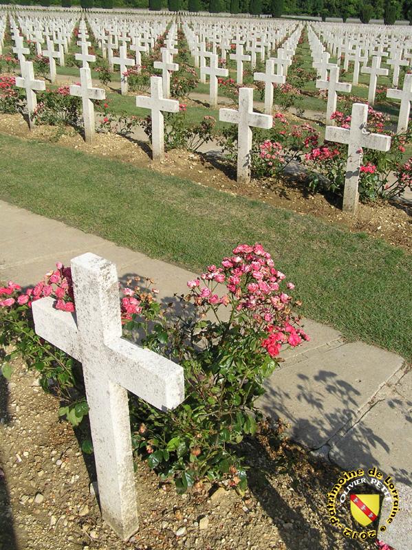DOUAUMONT (55) - L'Ossuaire : le cimetière