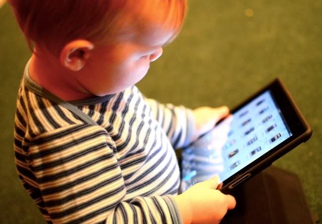 No mantener una limpieza adecuada de la pantalla de nuestros móvil o tablet pone en peligro la salud de nuestros hijos