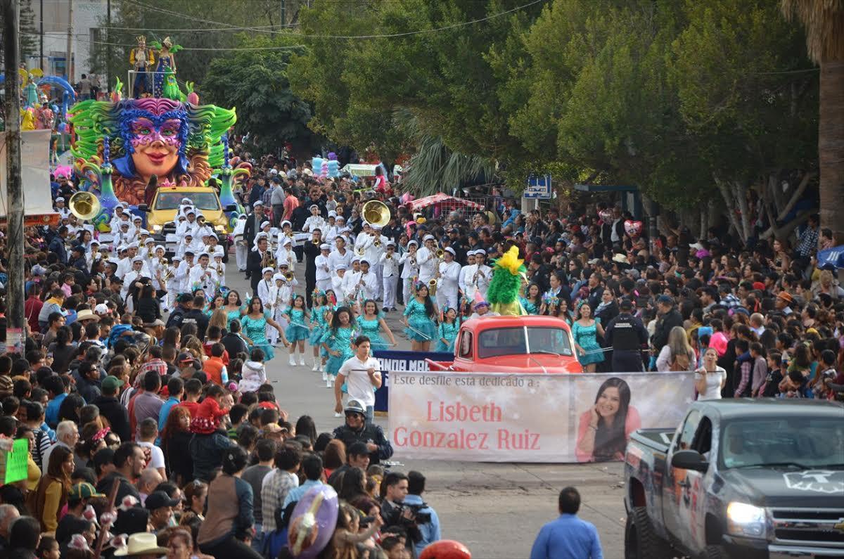 Un carre alegórico pasa por las calles principales en el carnaval de Guaymas