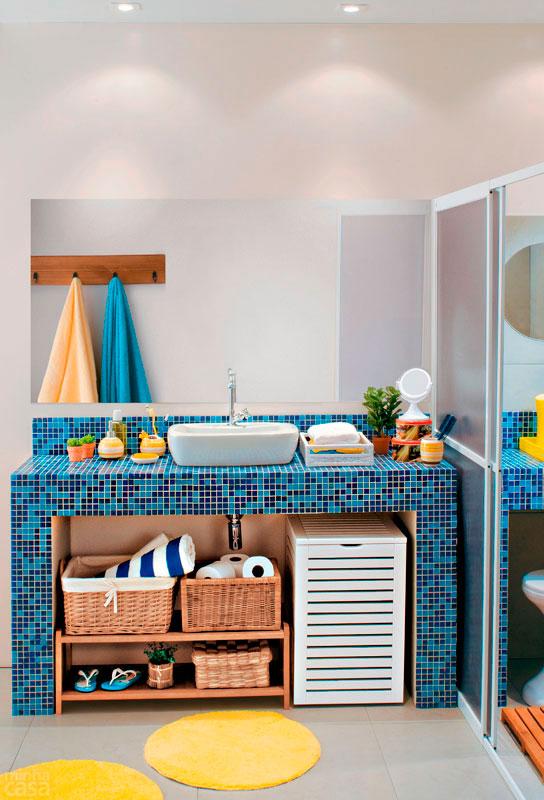 decoracao armario banheiro:Para o espaço da pia, balcão de alvenaria, revestido de pastilhas