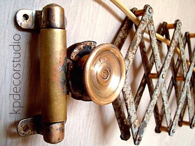 lampara industrial de pared laton y decapé con muelle, aplique dormitorio vintage