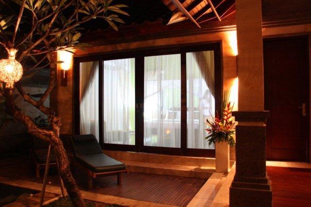 Ventanal de la habitación desde jardín en Bali Prime Villas, Kerobokan, Bali
