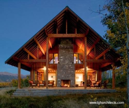 extremo de una casa de madera y piedra estilo