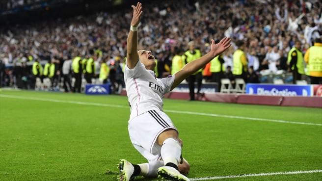 Javier Chicharito Hernández tendido en el pasto luego de anotar el gol ganador al minuto 87' en el partido de vuelta de los Cuartos de Final de la UEFA Champions entre el Real Madrid y el Atlético de Madrid | Ximinia