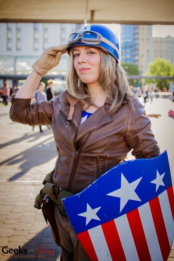 женщина одетая как Капитан Америка