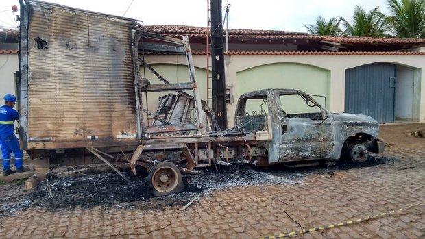 Carro ficou completamente destruído (Foto: RF Notícias)