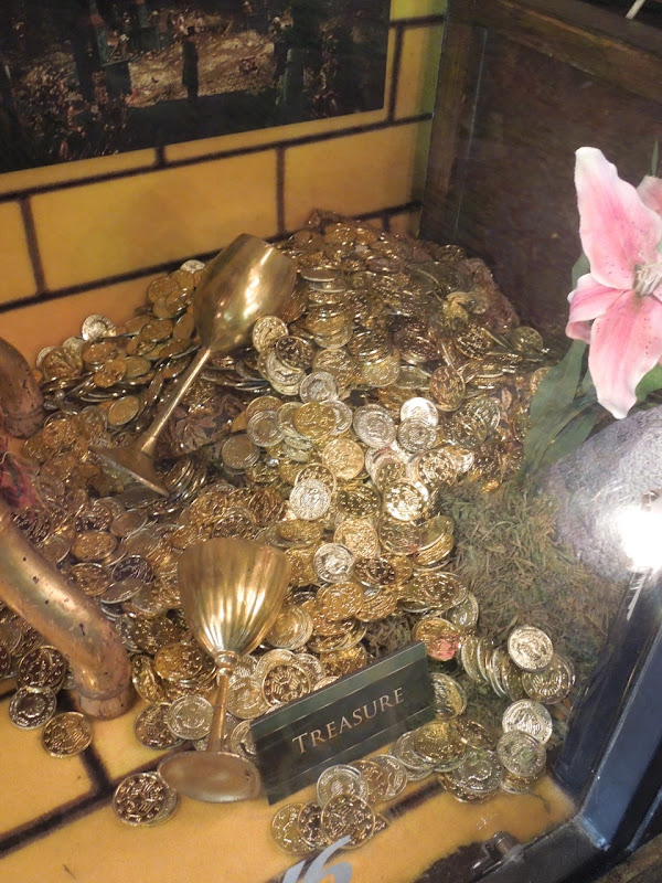 Oz Great Powerful gold treasure props