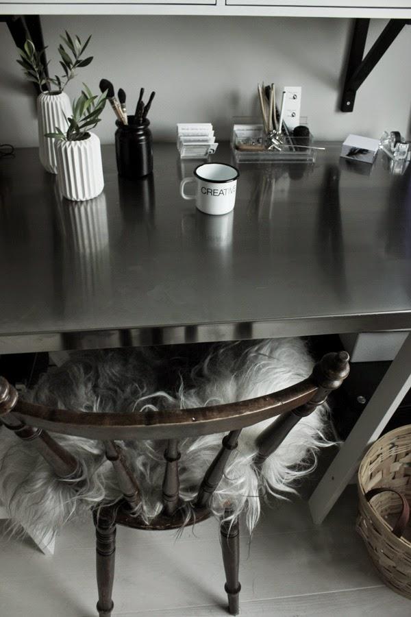 skrivbord, olivkvist, fårskinn på stol, bloomingville look a like vaser från netto, penslar, hemmakontor, inspiration, inredningsblogg, annelies design interior,