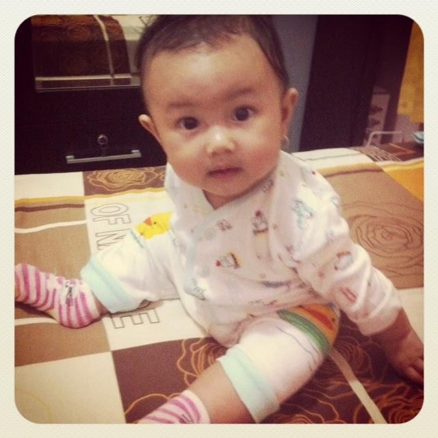 gambar bayi lucu belajar duduk