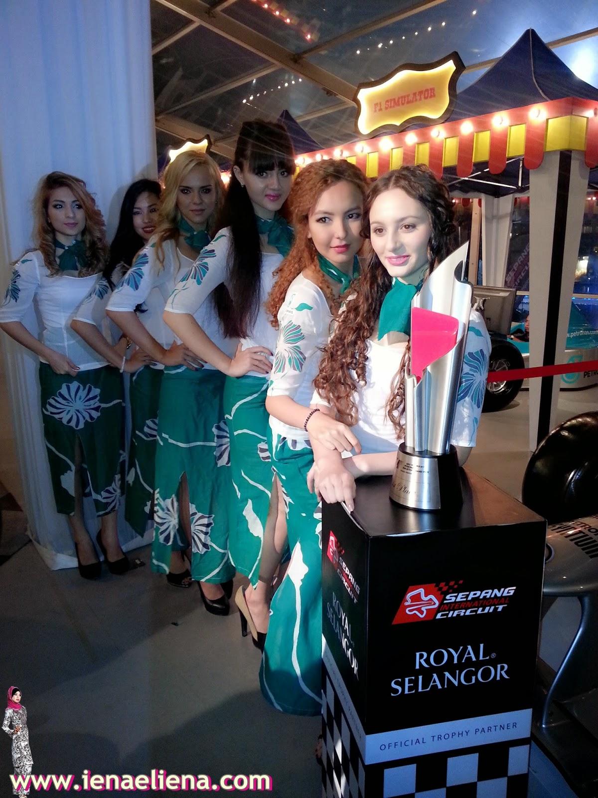 Trofi Kemenangan untuk 2015 Formula 1 PETRONAS Malaysia Grand Prix™ yang diukir oleh Royal Selangor