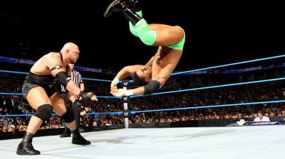 lo mejor de ryback en smackdown, llave destructora aplicada a la humanidad de darren young en el programa de la WWE