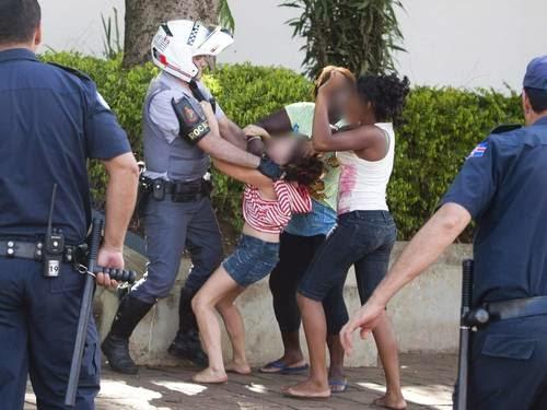 Imprensa mostra agressão de policial a adolescente - Um Asno