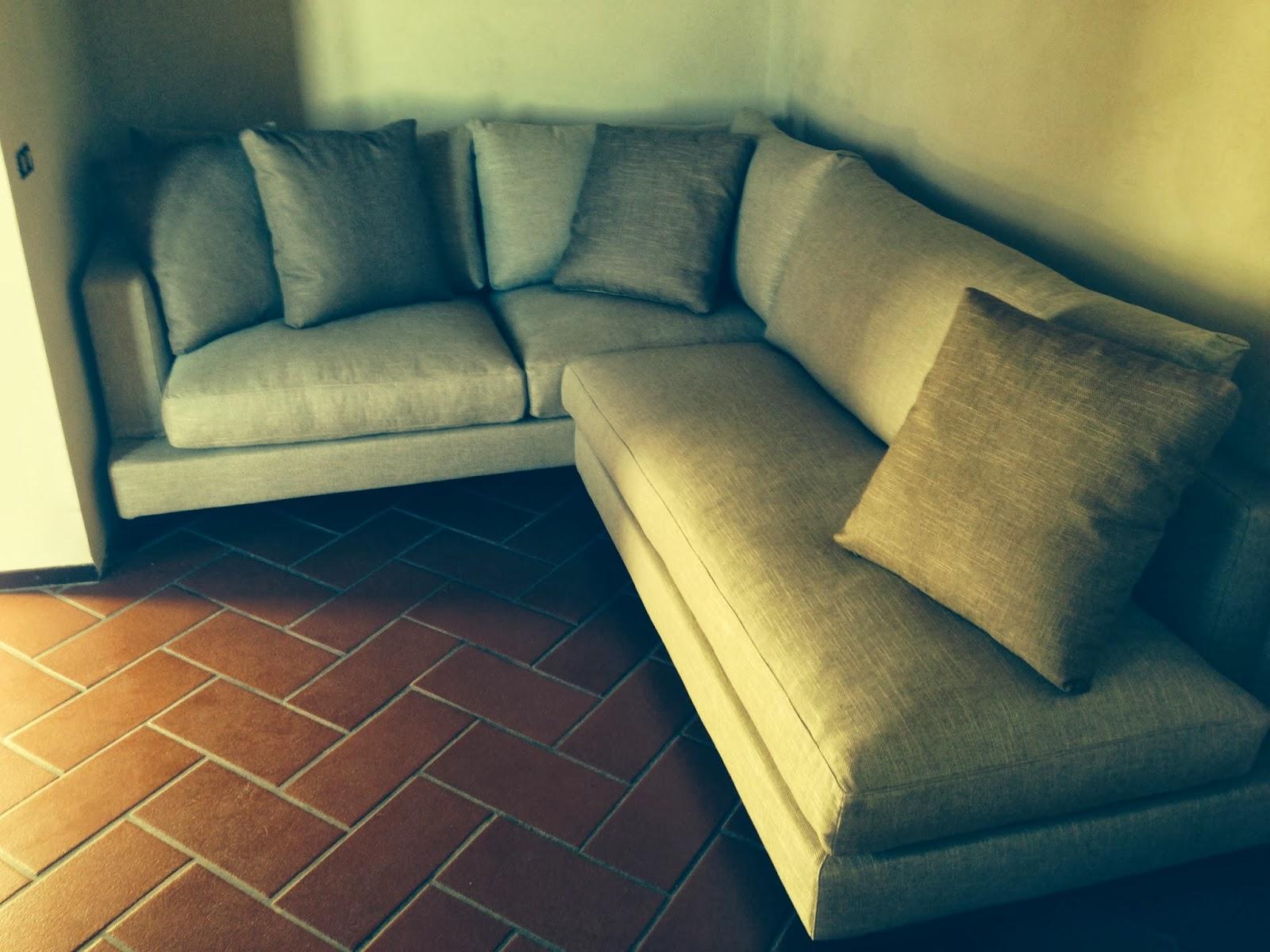 Un divano isola su misura e su disegno tino mariani - Divano su misura ...