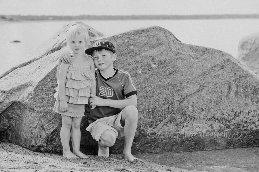 tydruk-poiss-laulasmaa-rannas