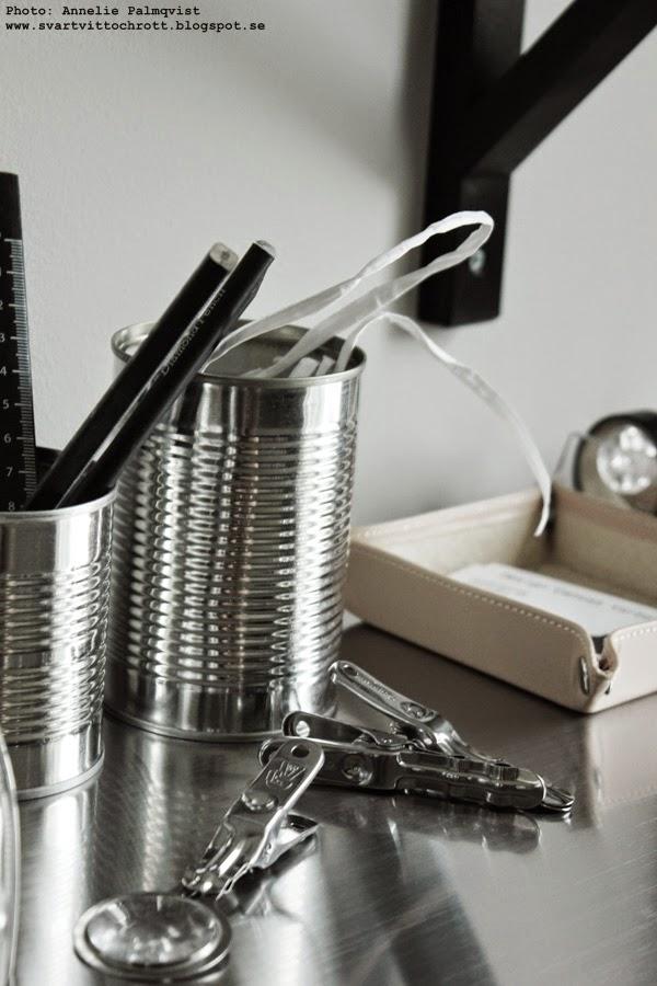 burkar av konserver, konservburk, konservburkar på skrivbordet, skrivbord, klämmor från artilleriet, förstoringsglas artilleri