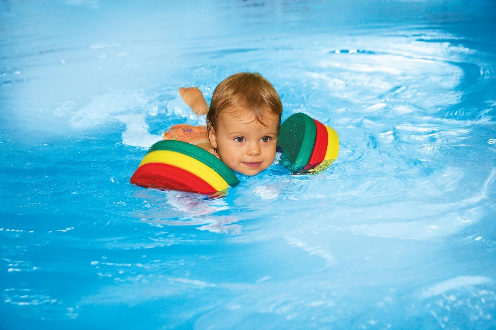 Un caj n cualquiera discos de nado delphin cabeza a for En la piscina