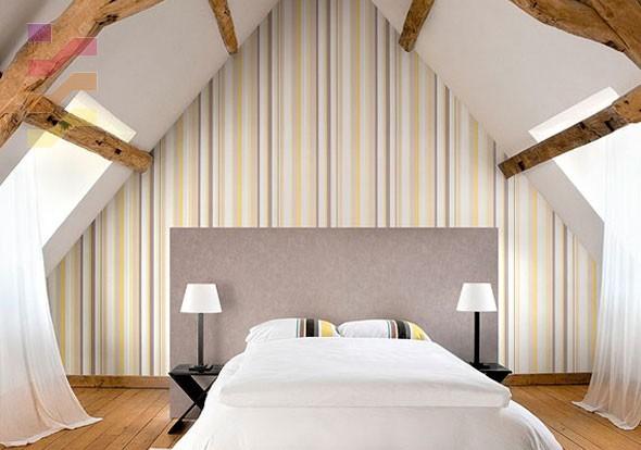 aranżacja sypialni z tapetą w pasy