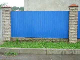 Забор из профлиста с кирпичными столбами. Фото 36
